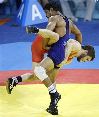 Sushil Kumar (R) wrestles USA's Doug Schwab during their 66kg freestyle wrestling match
